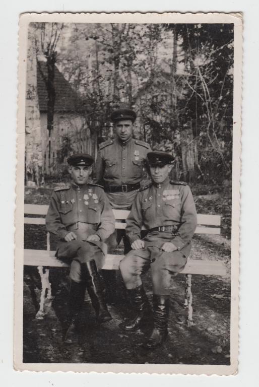 Герой СССР Грабчук с офицерами.