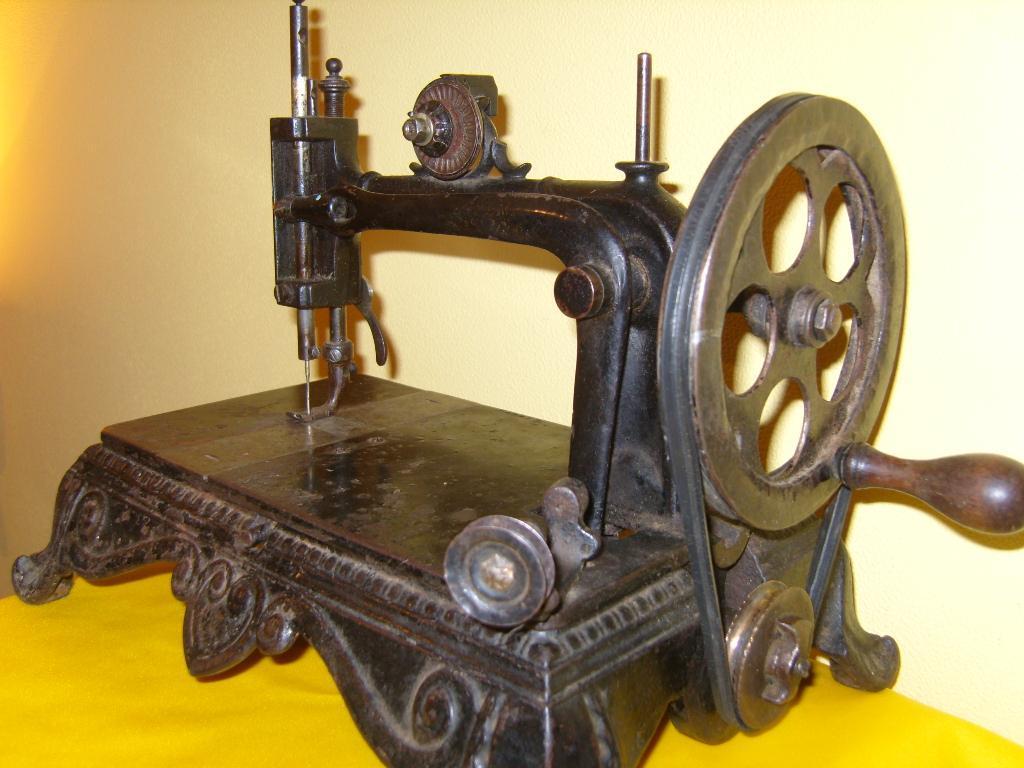 картинки швейных машинок от старинных до современных крупные, полумахровые, небесно-фиолетовые