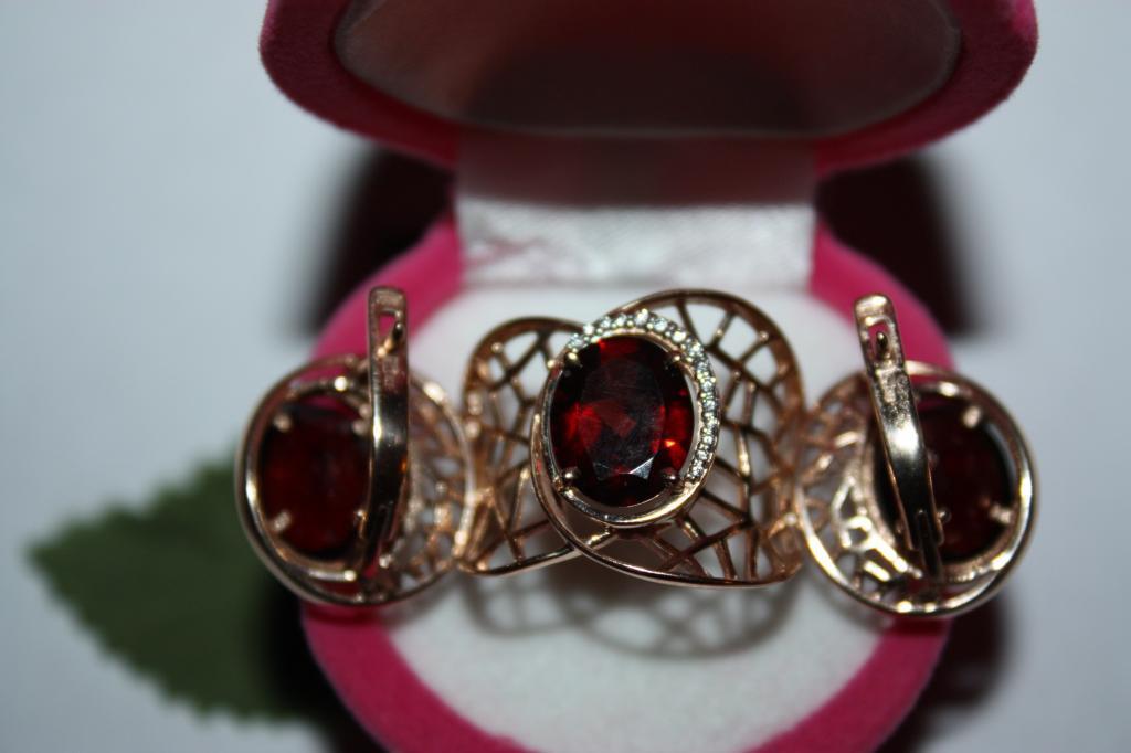 Шикарный Золотой комплект кольцо+серьги 585 пр с натуральным природным гранатом.