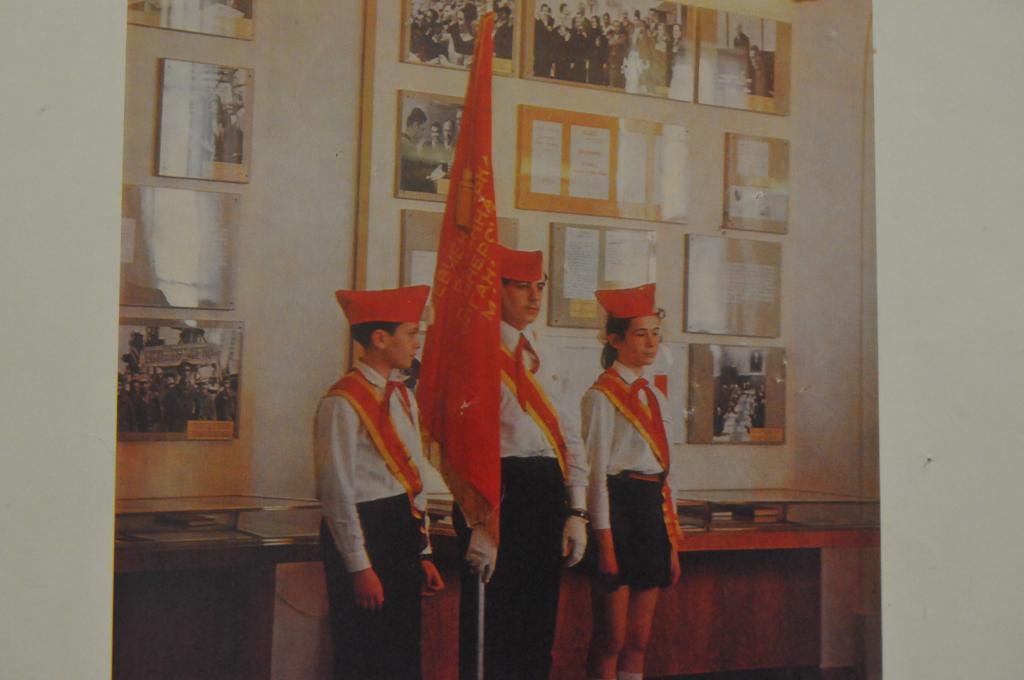 ПЛАКАТ 29*39СМ. ПИОНЕРЫ ЖИВЕМ ПО ЛЕНИНСКИ 1982Г.