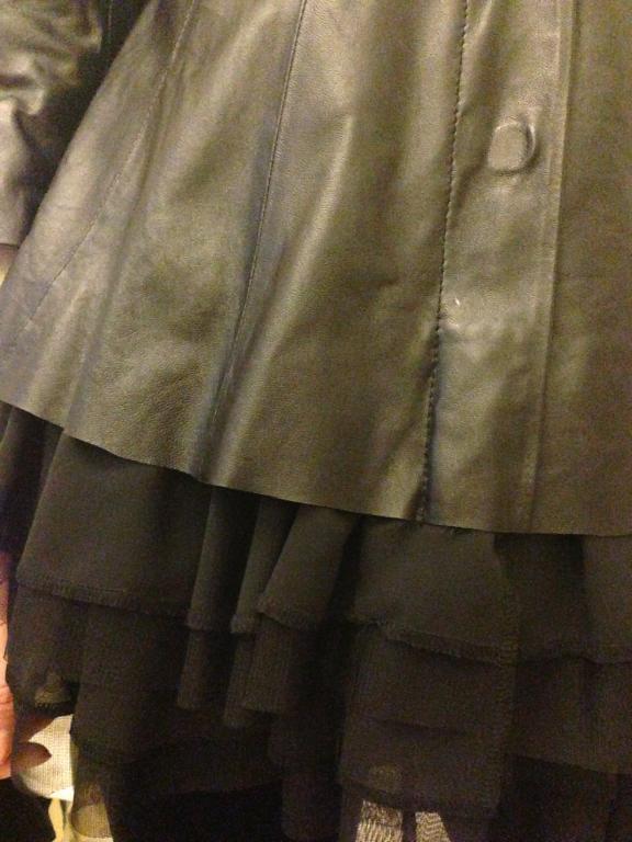 кожаная куртка украшенная баской из шифона