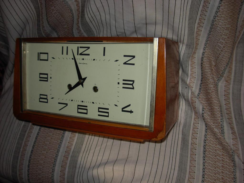 Часы настольные деревянные на ходу с боем Янтарь