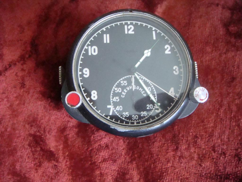 Часы состоят из механизмов текущего времени и секундомера 60 минут.