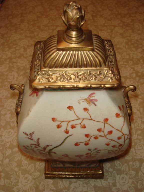 Ваза с бронзовой крышкой. Фаянс, роспись. Китай, конец XX века (1996 год).
