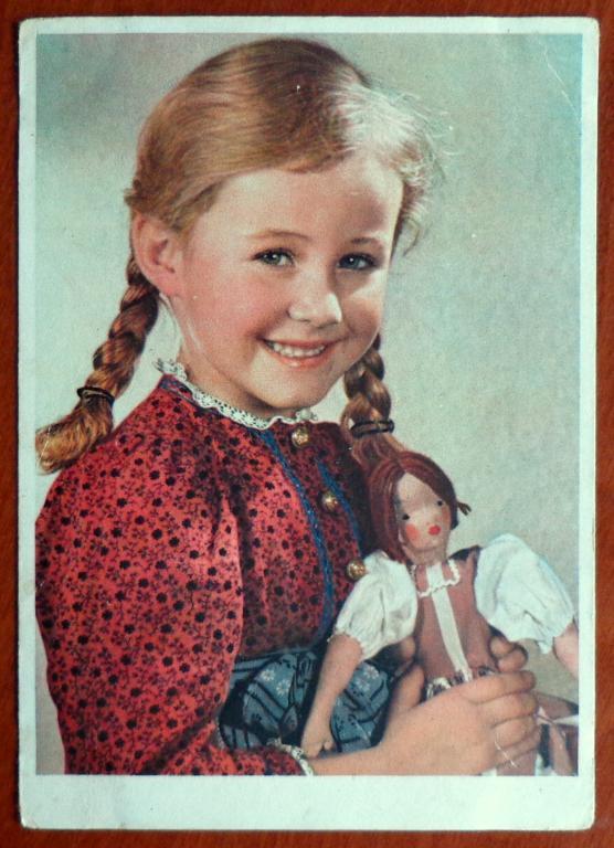 Девочка с куклой открытка 89