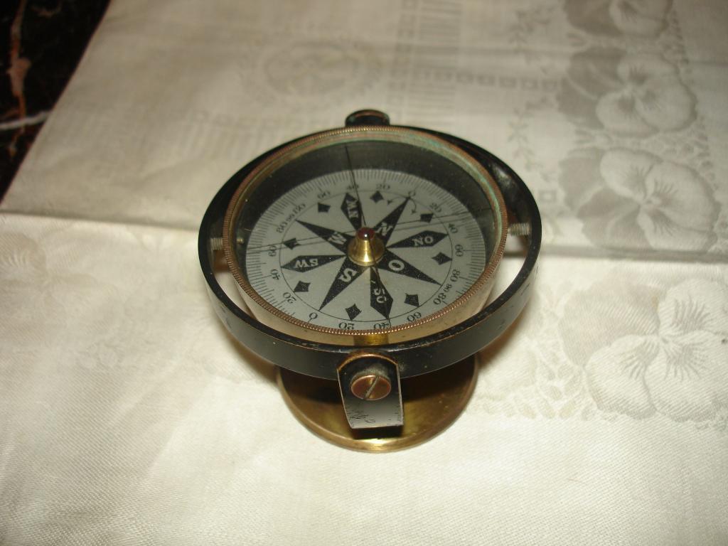 Старинный морской компас с кабашоном на циферблате, бронза, стекло, гранат?, 19в.
