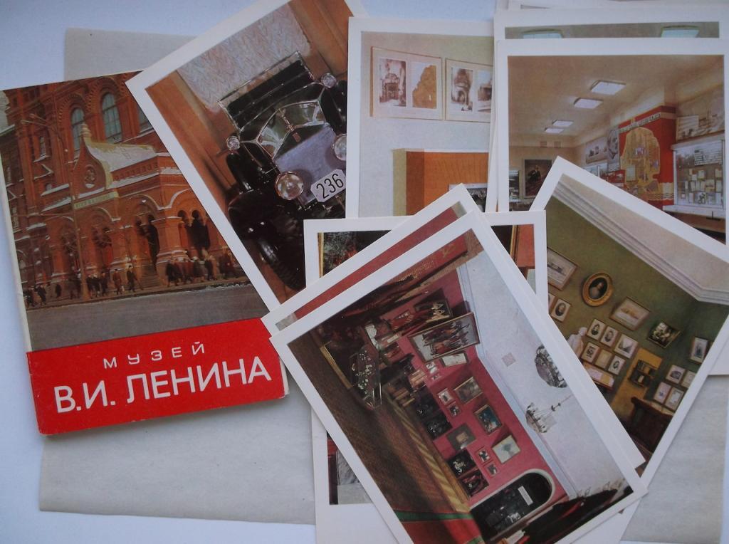 Консультант, музей советской открытки