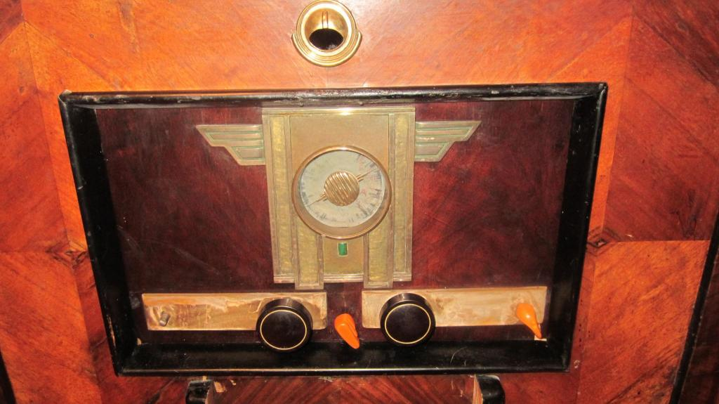Старинный корпус консольной радиолы Германия 30-е годы  ( в реставрацию )