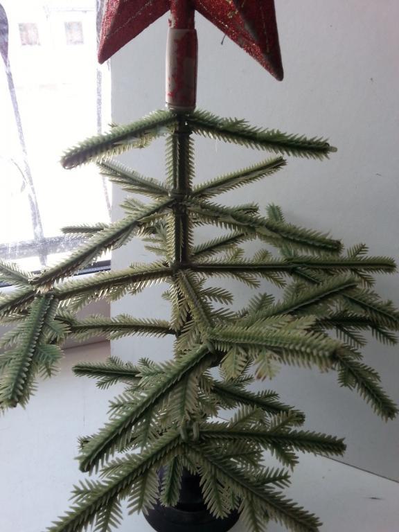 Старенькая полиэтиленовая разборная елка со звездой.