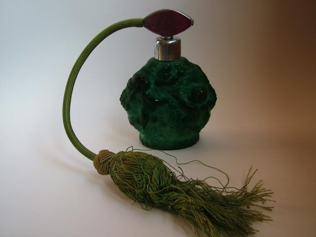 Флакон для духов с распылителем. Малахитовое стекло. Богемия. 1930-е