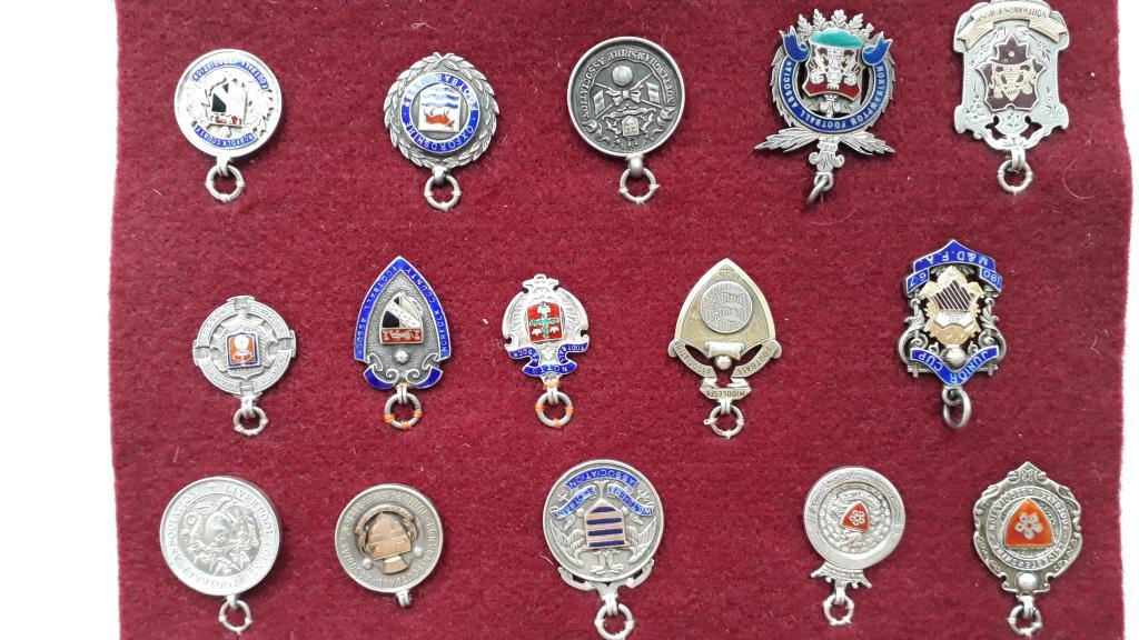 Серебряные медали. Футбольные ассоциации Англии.  Лот из 82 знаков.