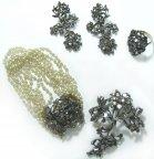 Ювелирный набор из четырёх предметов: серьги, кольцо, брошь, браслет.