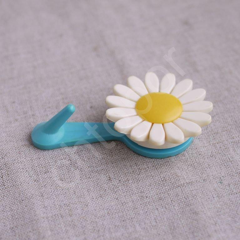 Крючок вешалка пластик Ромашка