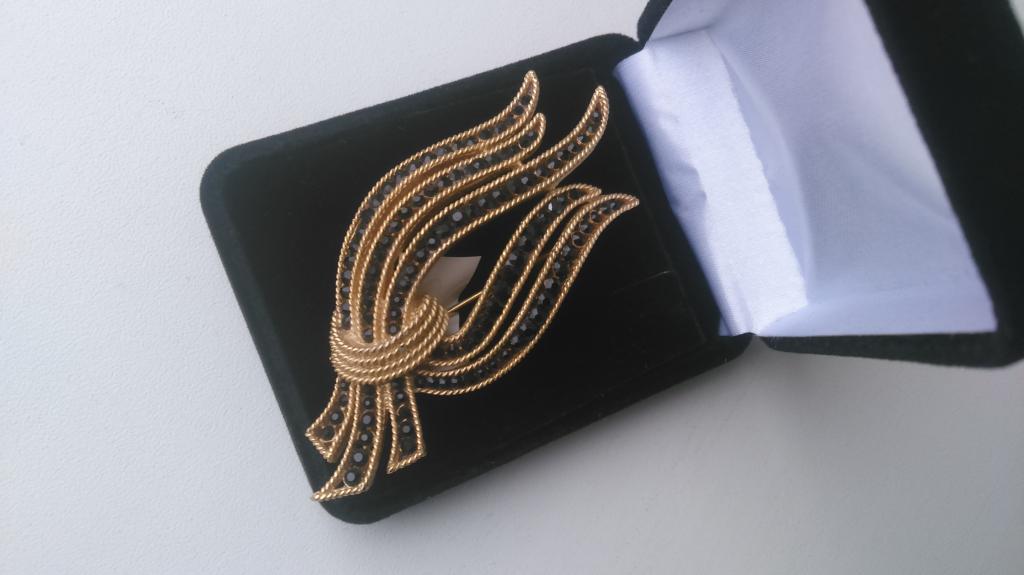 0073 винтажная брошь Trifari с черными кристаллами позолота США