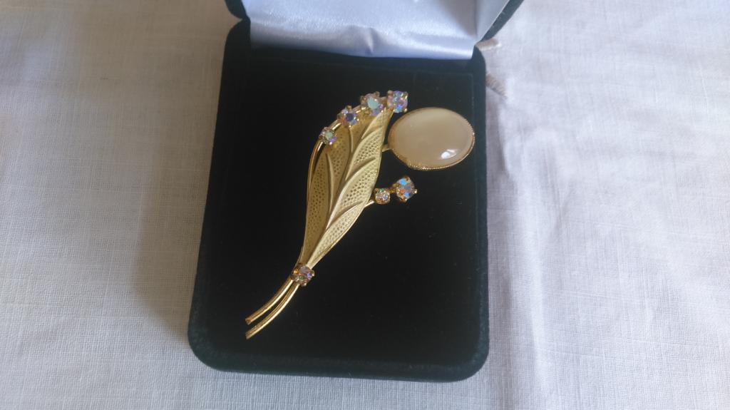 0163 винтажная брошь кристаллы эмаль листик позолота кошачий глаз бижутерия Австрия 1960