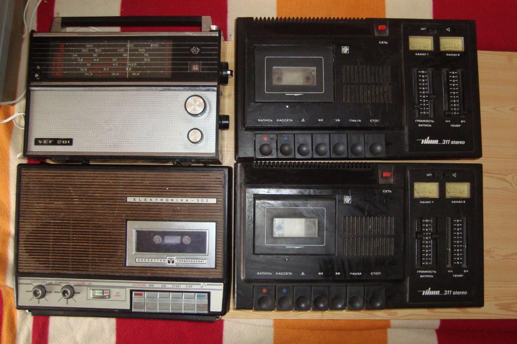 Магнитофоны, проигрыватели, приемники... Всего 8 штук.