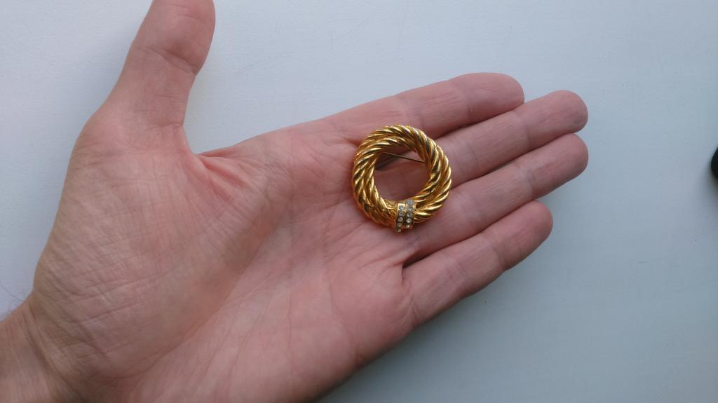 0186 брошь Витушка с кристаллами змейка золочение винтаж бижутерия США
