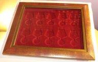 Планшет с багетной рамкой бордового цвета на 10 наград с пятиугольной колодкой Ø 32 мм