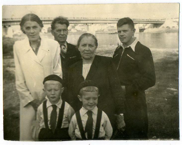 Советский быт Великий Новгород река Волхов одежда мода 9 х 12 см 1956 год