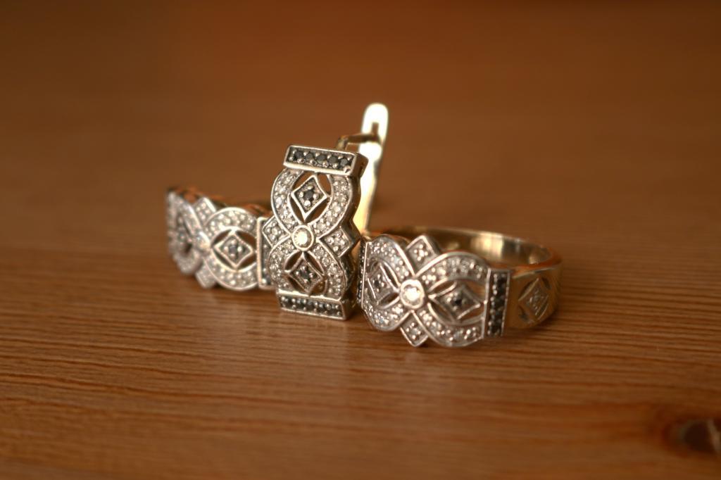 Комплект ювелирных изделий из золота 585 с бриллиантами.