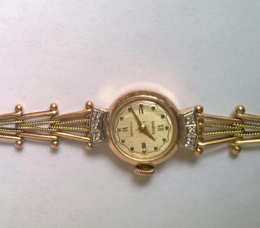 Часы золотые с шестью бриллиантами дамские