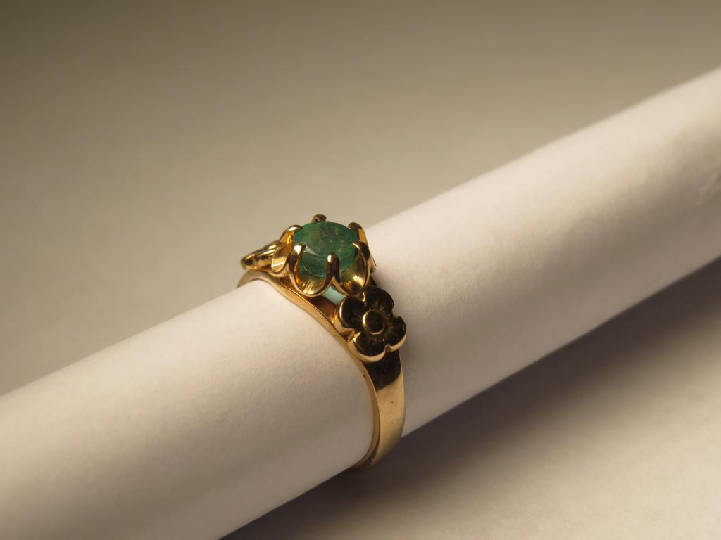 золотое кольцо с изумрудом 583пр.