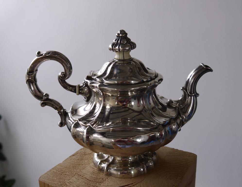 1850г Антикварный серебряный чайник FOEHR. Серебро 13 лотов 525гр.