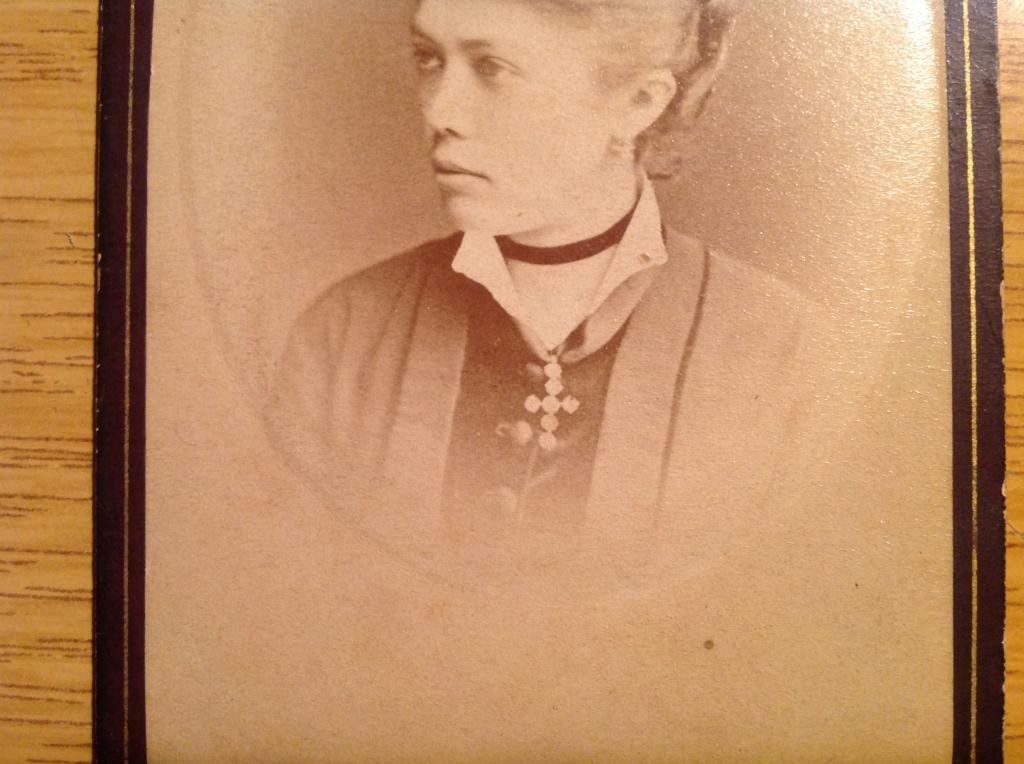 Девушка из Рыбинска католичка  украшение в виде креста фотограф Сигсон до 1900г