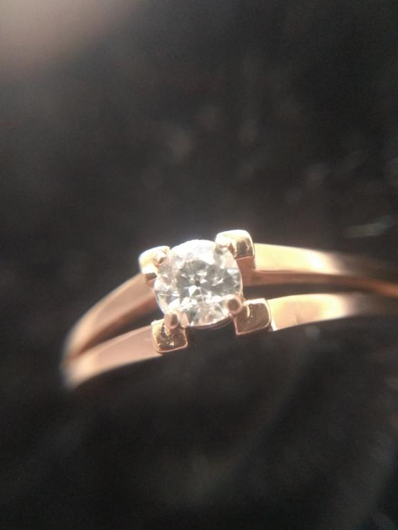 Золотое кольцо с бриллиантом. Бриллиант 0,25 Ct (карат) 4 мм. Размер кольца 17.