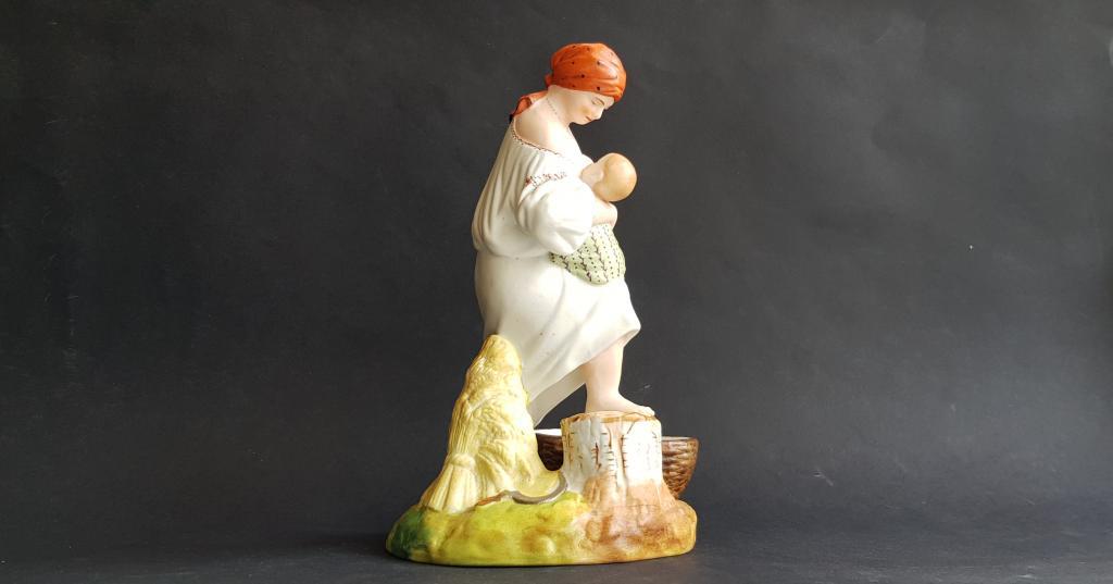 « Женщина, кормящая ребёнка »  Вербилки 1920-е годы. бисквит фарфор жница мать материнство