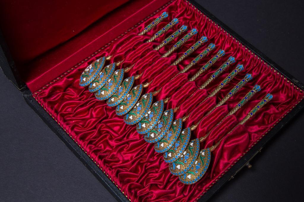 Старинный набор серебряных ложек(12 шт). Перегородчатая эмаль. Хорошее состояние. 19 век.