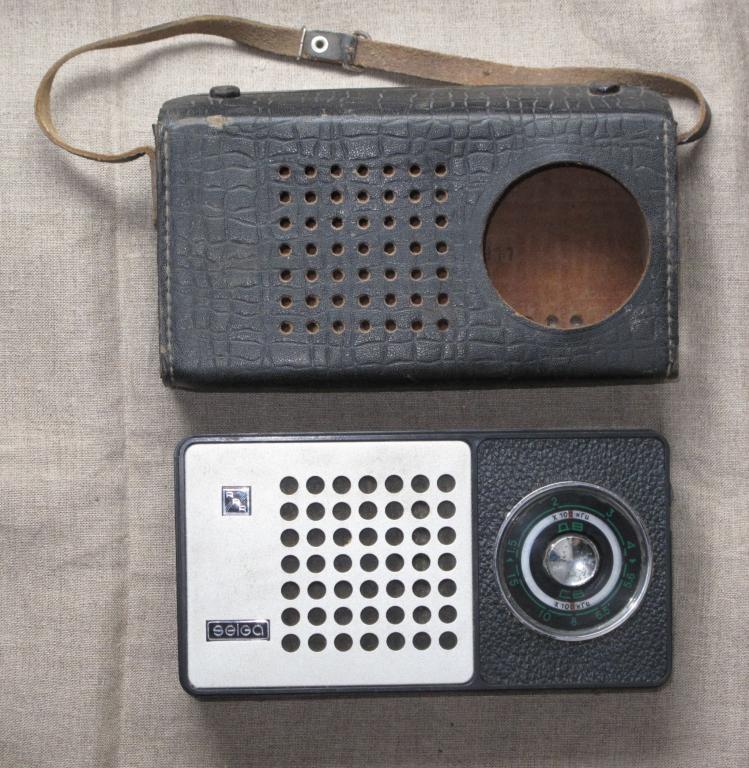 Советские радиоприемники в кожаном футляре фото