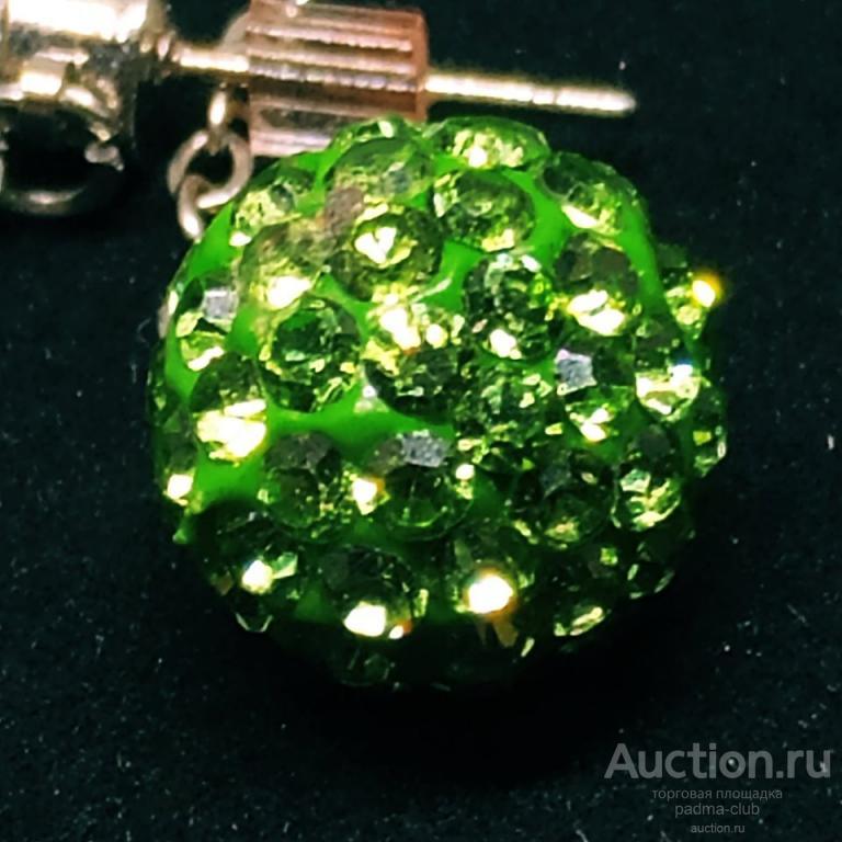 Серьги пусеты с подвижной подвеской из хрустального кристалла Light Peridot Crystal от Сваровски.