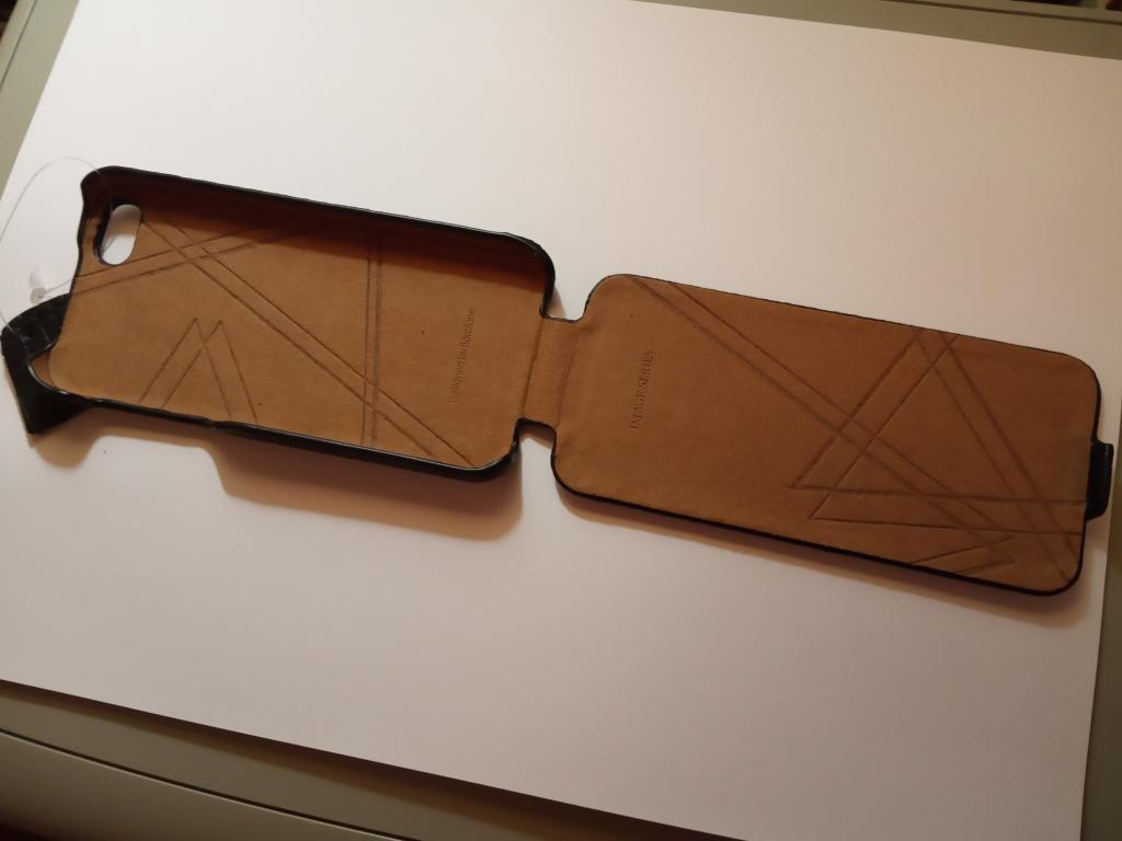 Отличный iPhone SE 32 ГБ + новый чехол под кожу крокодила