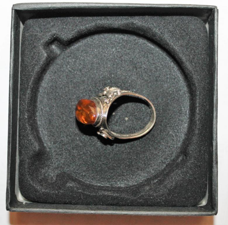 Женское кольцо с редким янтарем с вкраплениями.