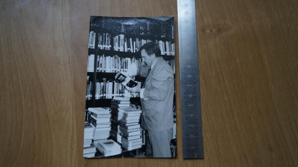 №529 ретро фото мужчина читает книгу библиотека книжный шкаф
