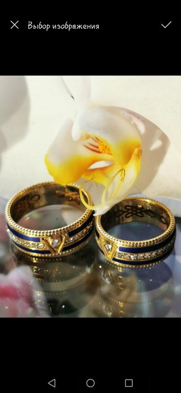 Золотое мужское и женское кольцо