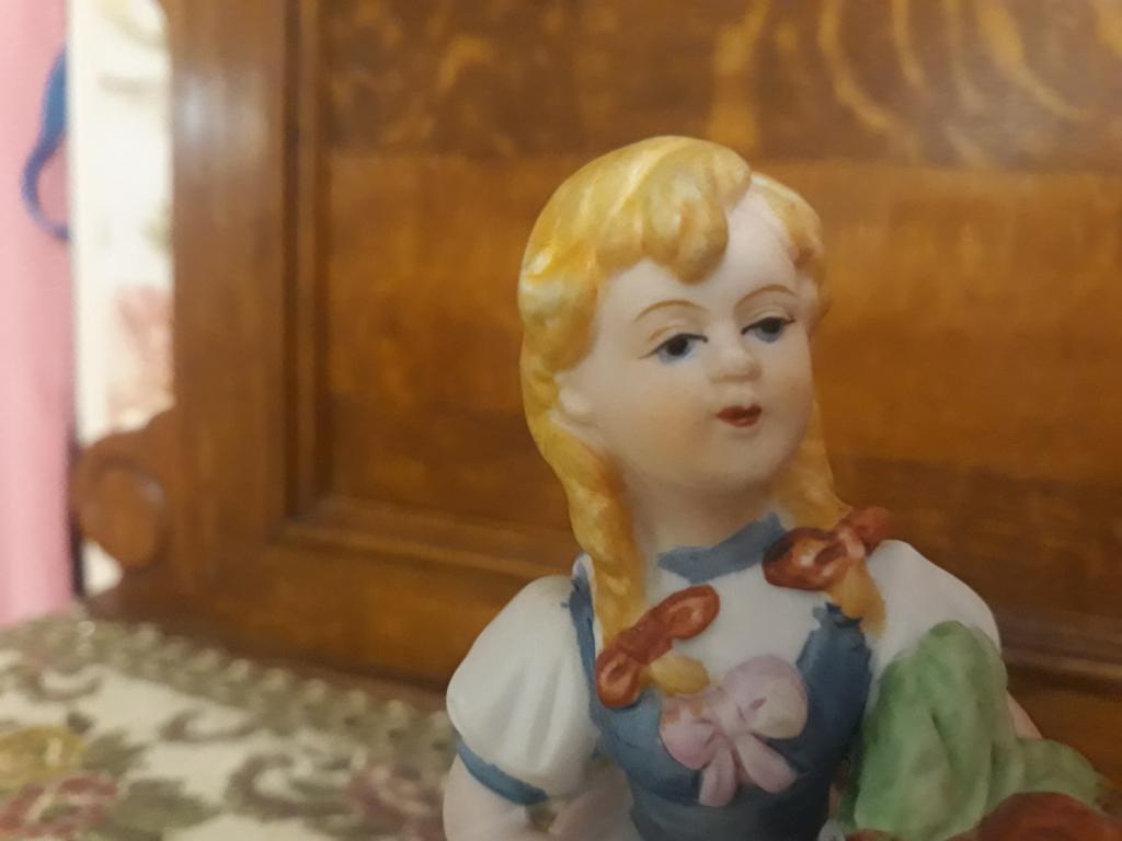 Статуэтка девушка и собачка фарфор бисквит. Европа. С рубля за Вашу цену!!!