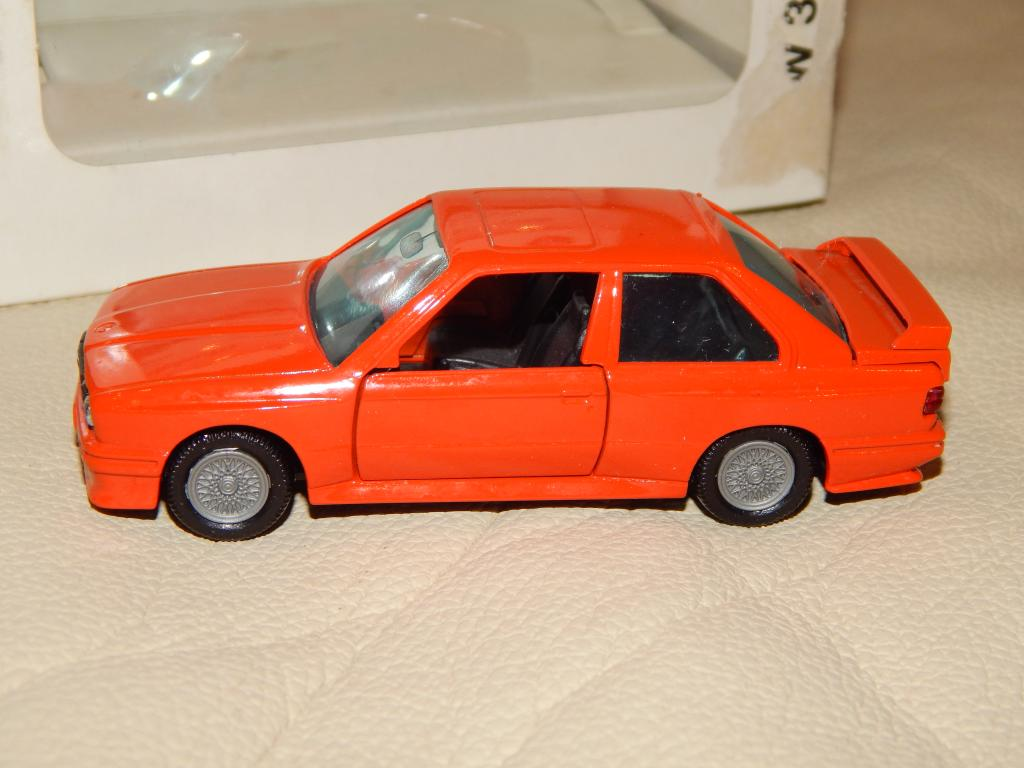 BMW M3 E30 1:43 1153 Dealer edition Gama