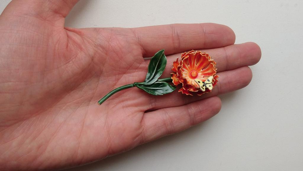 3675 брошь Гвоздика и бабочка SANDOR  цветок астра эмаль золочение бижутерия винтаж США 1950