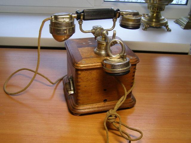 Очень старенький телефон. Франция. Париж.