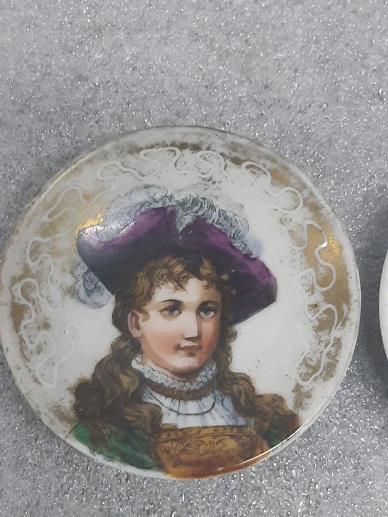 Миниатюра Женские портреты на Фарфоре Западная Европа 1890 года диаметр - 5,5 см лот 2 шт С Рубля
