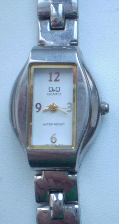 Часы женские наручные Q&Q Кварц. Водонепроницаемые. Не на ходу. С никелированным ремешком