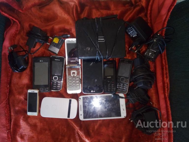 Куча сотовых телефонов и зарядных устройств к ним в надежные руки