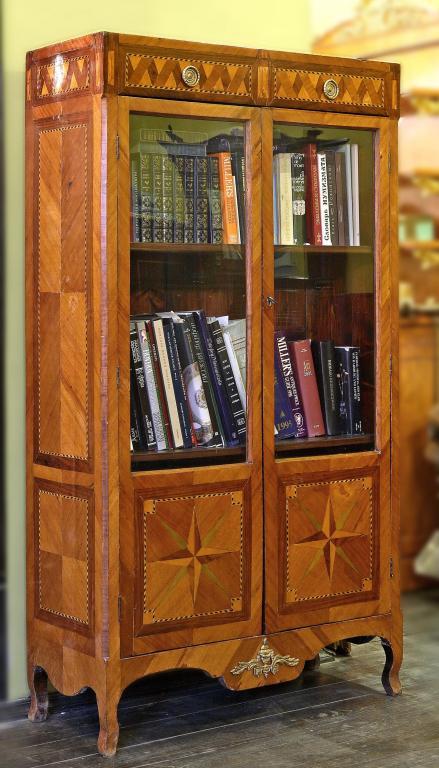 Книжный шкаф маркетри со звездами внизу