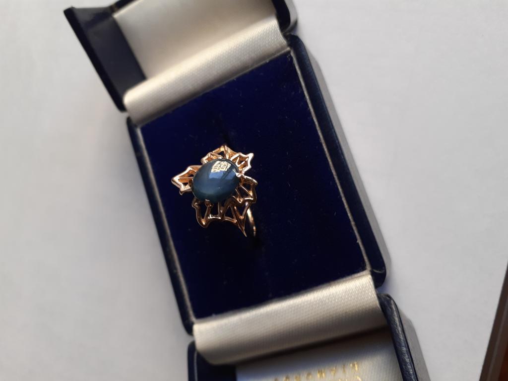 Золотое (585) кольцо с звездчатым сапфиром