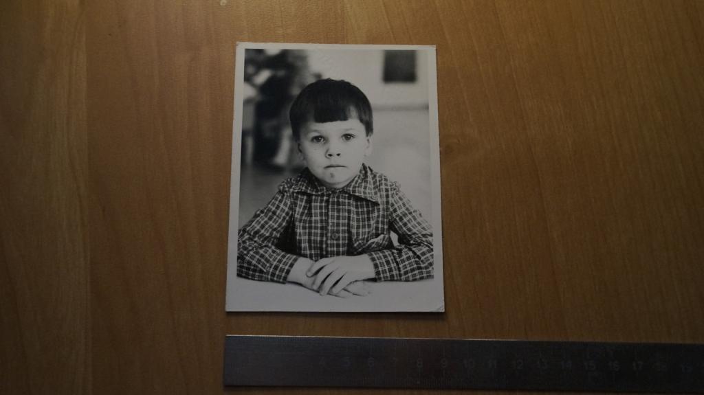 №2087 ребенок мальчик сидит за столом прическа рубашка
