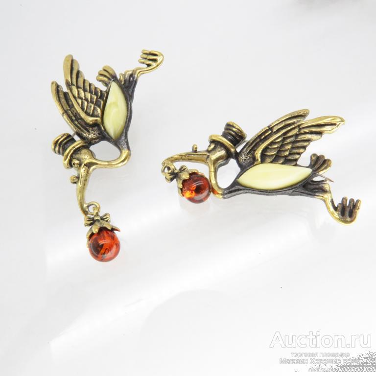 "Брошь ""Аист с младенцем"" янтарь микс бронза птичка птица подарок брошка аисты 2625"