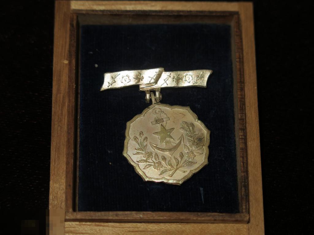 902 Япония Два Знака: Общества женщин-патриоток и Знак Ассоциации ВМФ