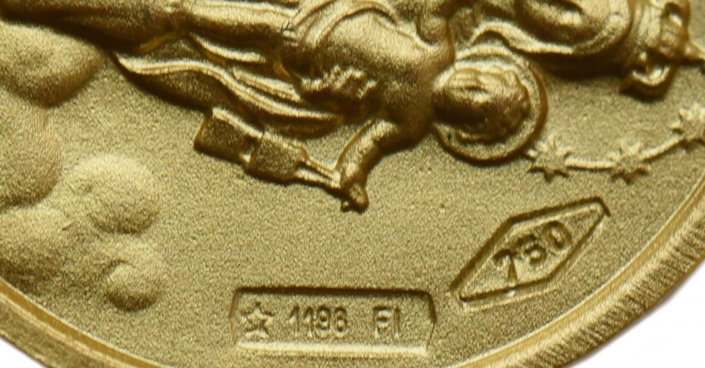 Золотая подвеска. Иисус и Богоматерь. Золото 750. вес 3 грамма. Диаметр 14 мм.